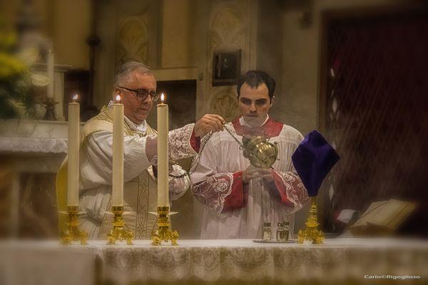 3 - Giovedì Santo, l'incensazione dell' Altare