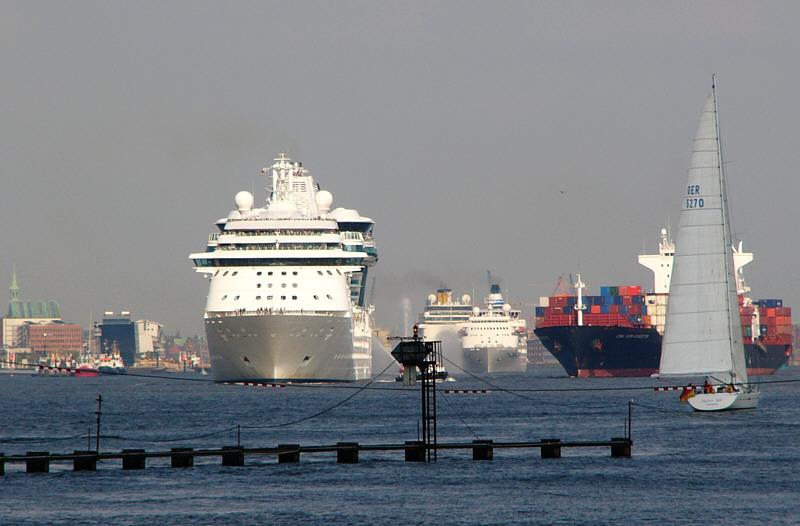 3 Kreuzfahrer, ein Container,ein Segler