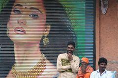 3 Maenner vor Plakat in Kerala-Indien