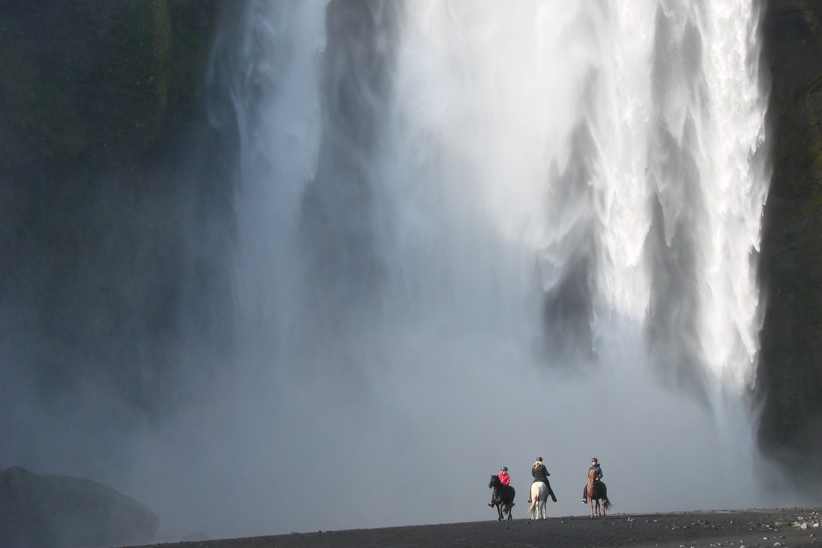3 pferdestarke Girls am Skogafoss in Island