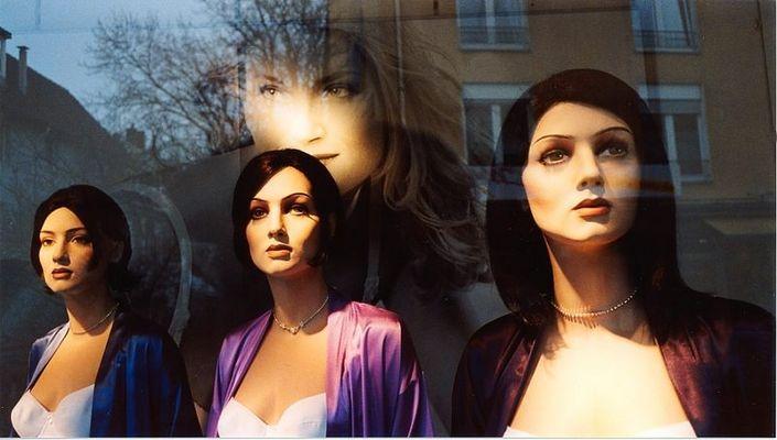 3 Puppen im Fenster