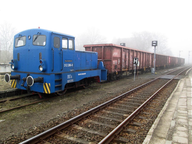 312 286 mit Güterwagen im Karower Nebel