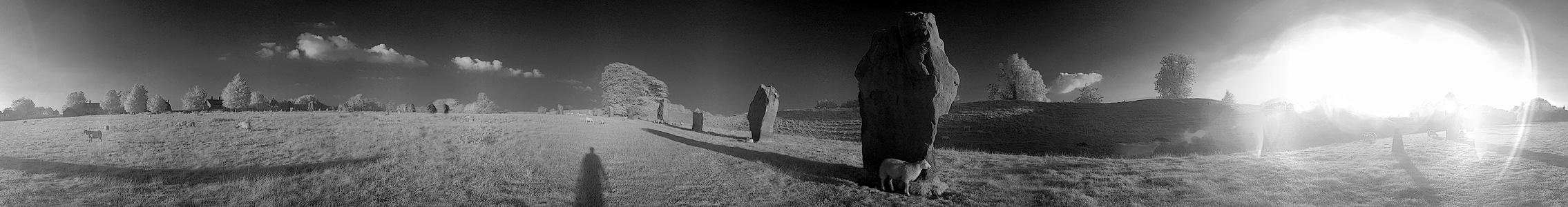 360° Panorama: Avebury Stonecircle in S/W-Infrarot am späten Abend