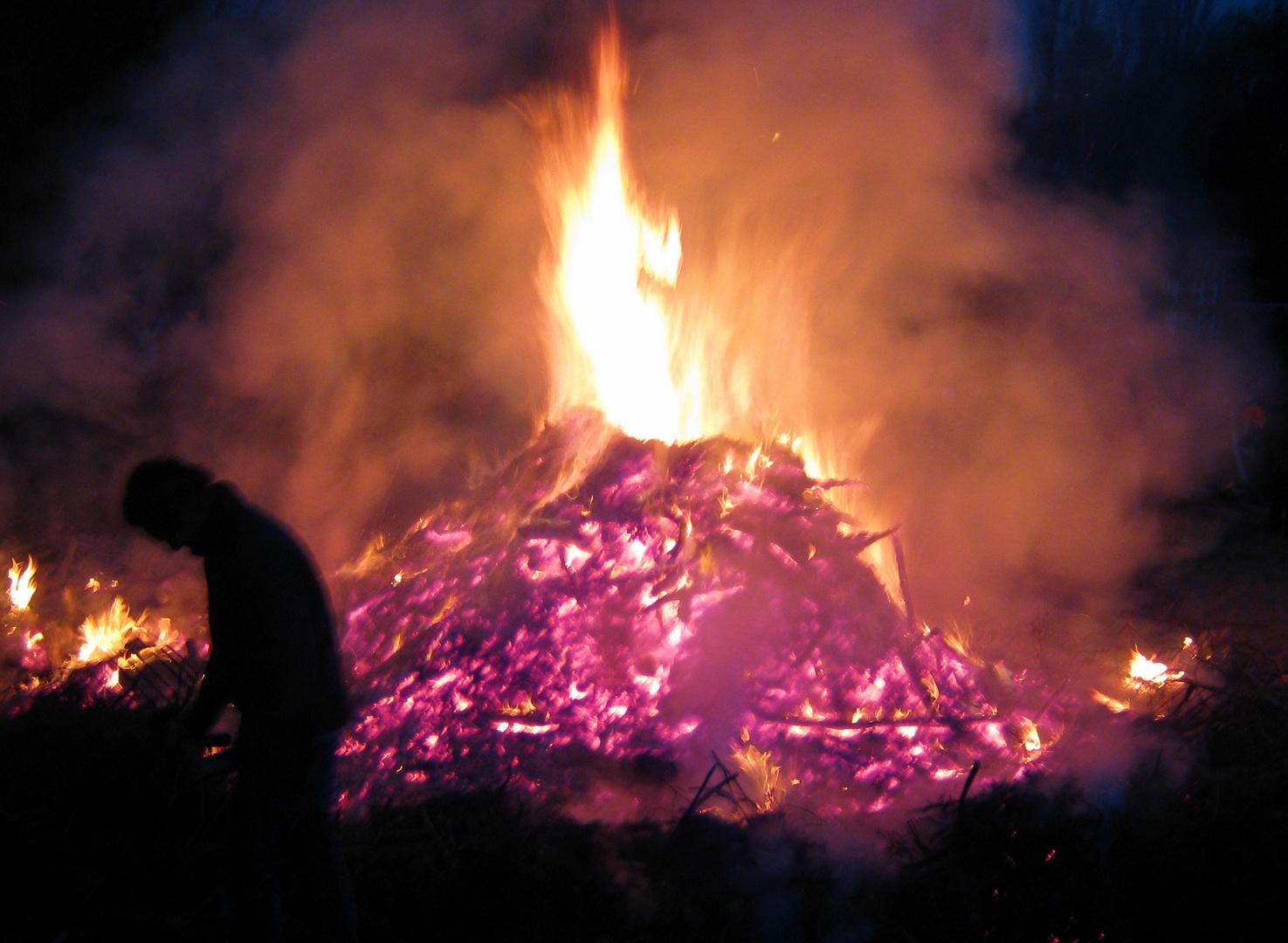 (4) und dann gingen wir noch zum Osterfeuer und es ....