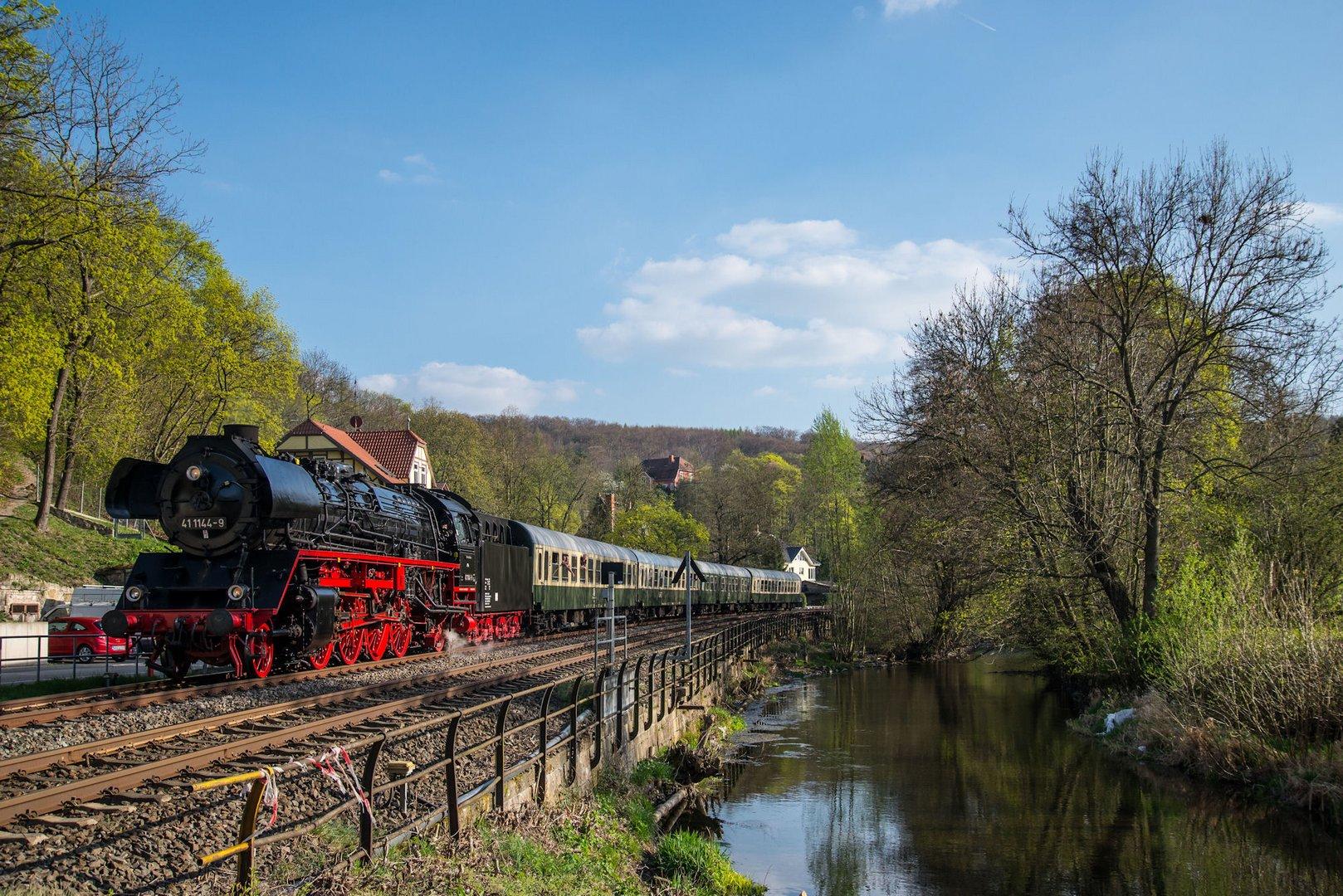 """41 1144-9 erreicht mit dem """"Viba-Express"""" die Kreisstadt Arnstadt."""