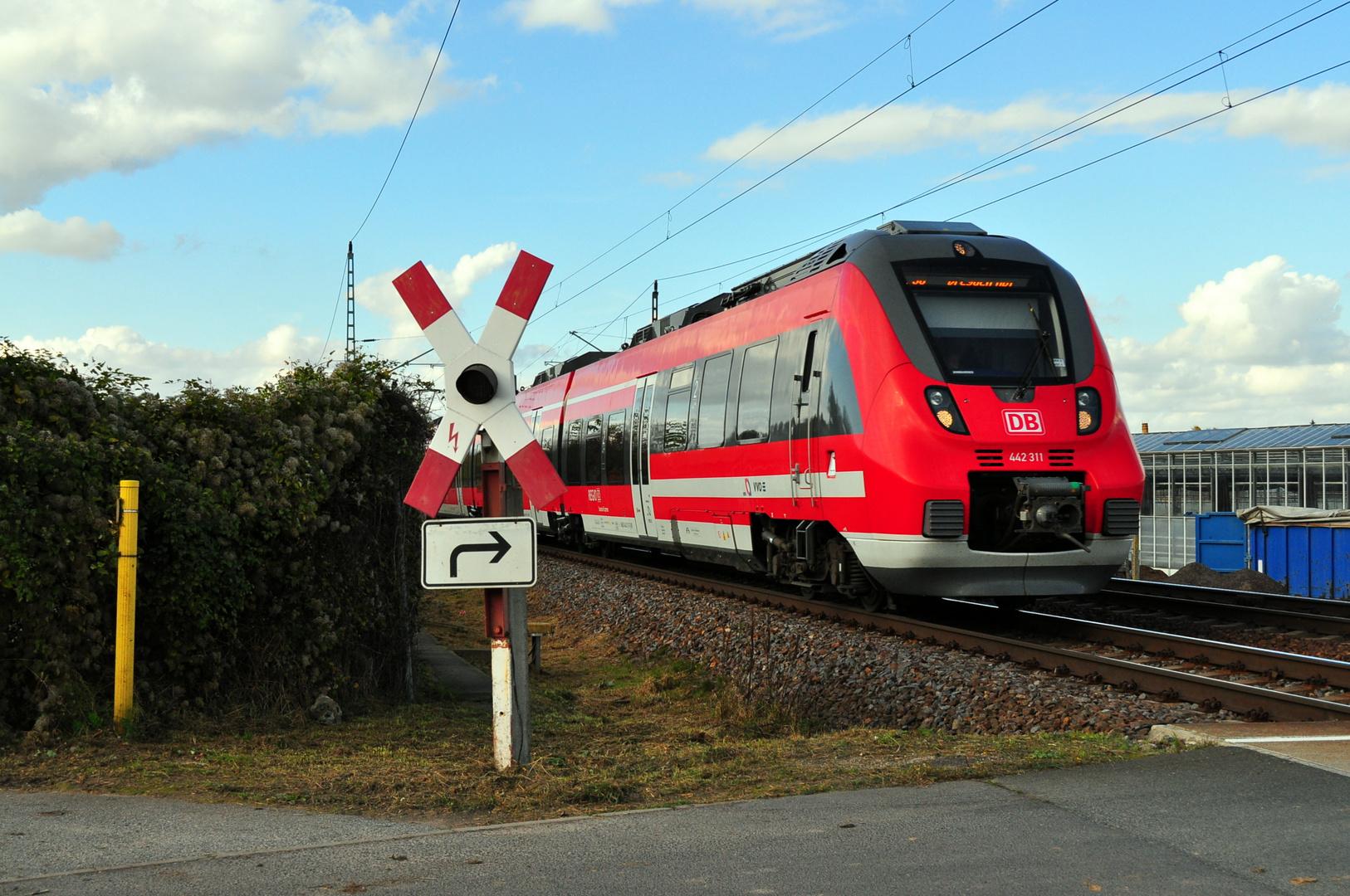 442 115 am Bahnübergang