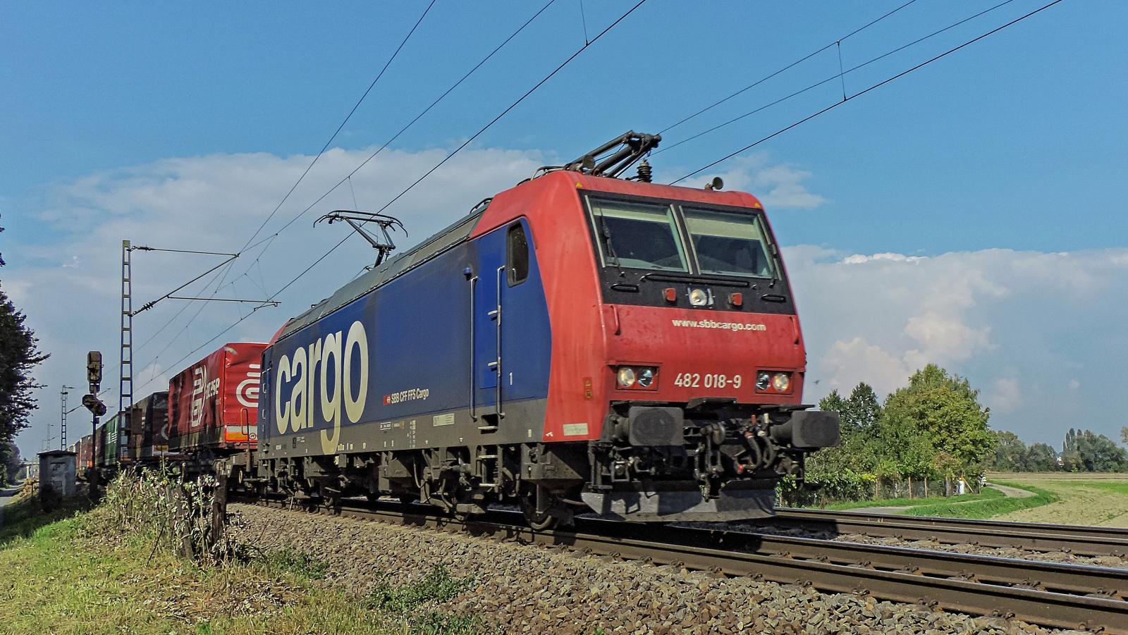 482 018-9 SBB Cargo mit einem Containerzug