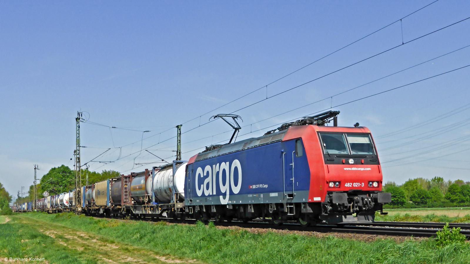 482 021-3 SBB Cargo vor einem gem. Güterzug