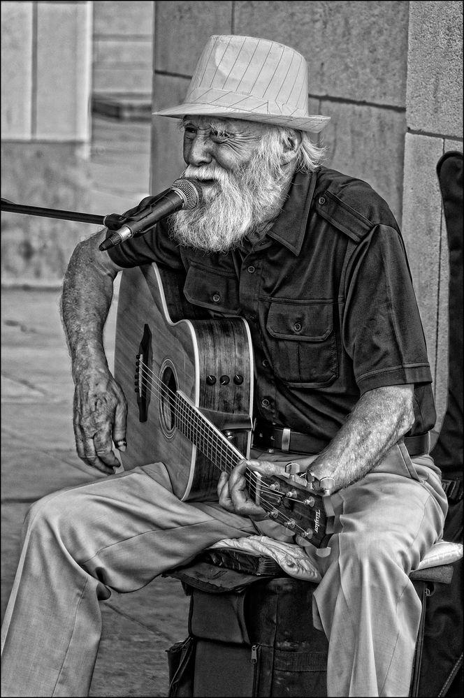 old guitar man de Raymond WIDAWSKI