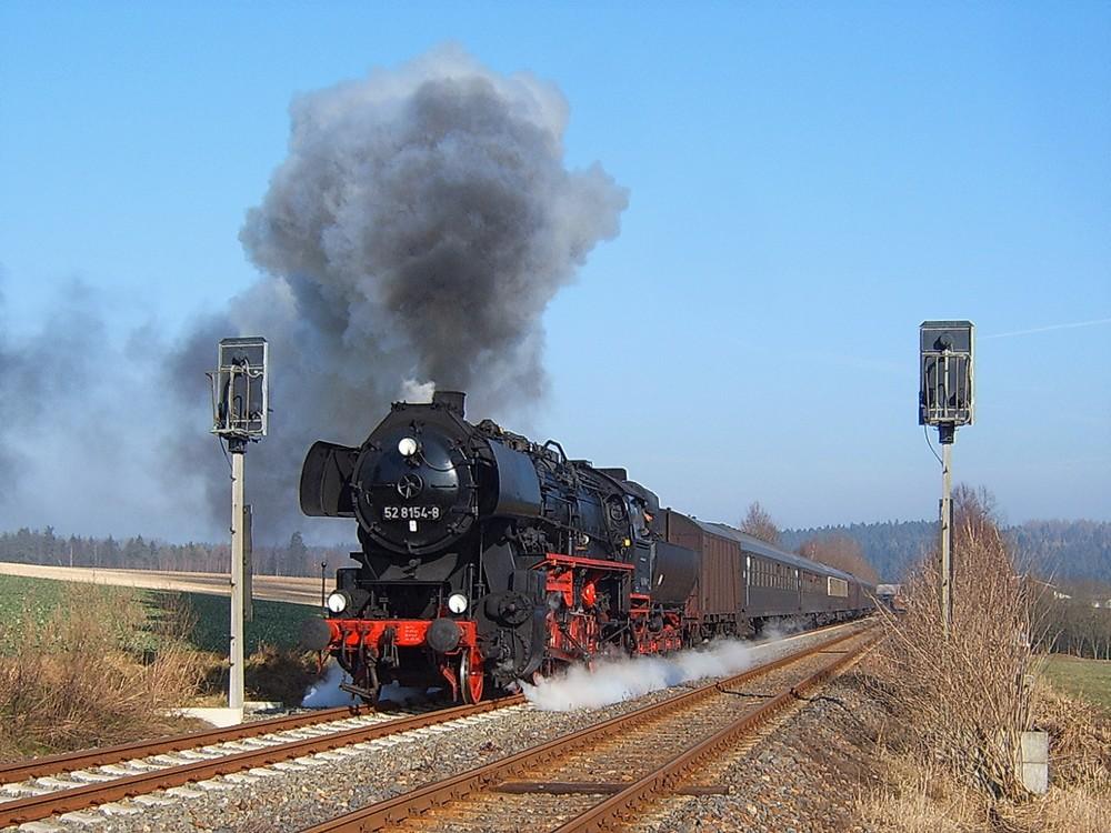 52 8154 mit IGE-Sonderzug ( DPE 92911 ) bei der Ausfahrt aus Raun/Vogtland (21.02.07)