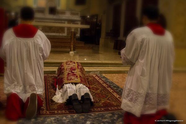 6 - Venerdì Santo, prostrazione nel ricordo della morte del Signore