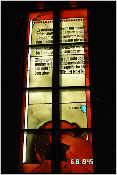 """6.8.1945 (""""Physikfenster"""" der Heiliggeistkirche Heidelberg)"""