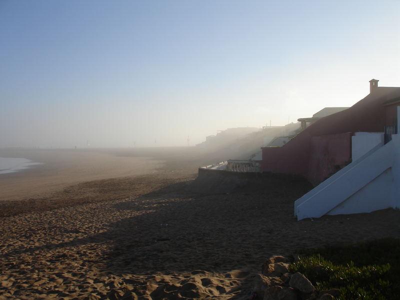 9 Uhr, die frische Brise verdeckt fast die Strandhäuser...