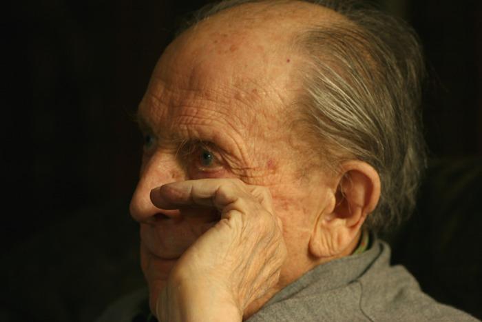 96 Jahre alt und in Gedanken versunken