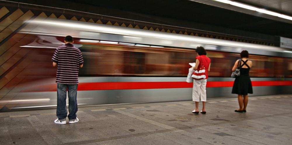 A C H T U N G an der Bahnsteigkante
