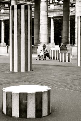 A child and the Buren columns