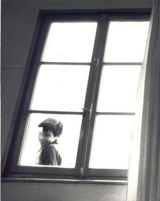 A la fenêtre de la salle de classe