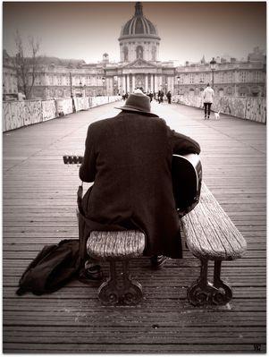 A la guitare sur le Pont-des-arts...
