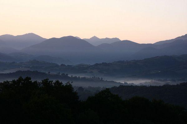 a l'aube ou blanchit la montagne