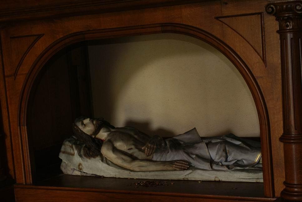 à l'interieur d'une petite chapelle