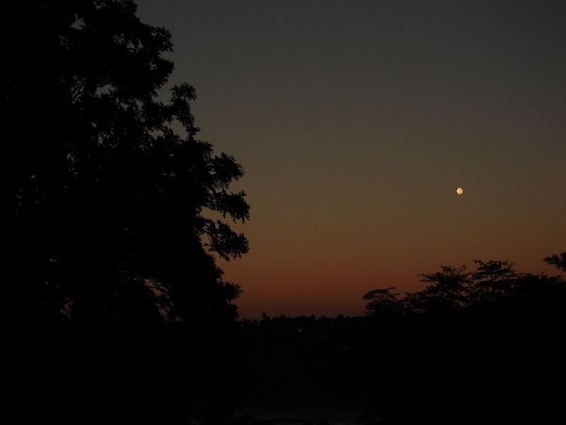 A Lua ao amanhecer .