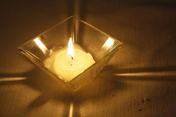 a lume (o lumino) di candela