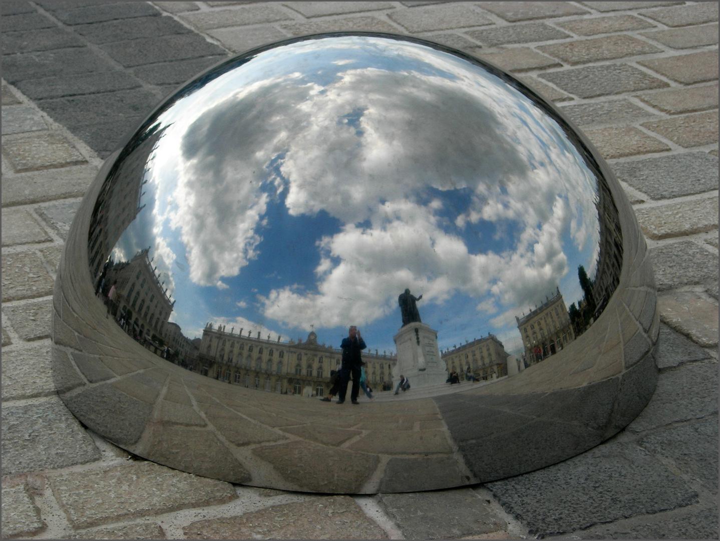 A Nancy, la Place Stanislas tient dans une demi-sphère...