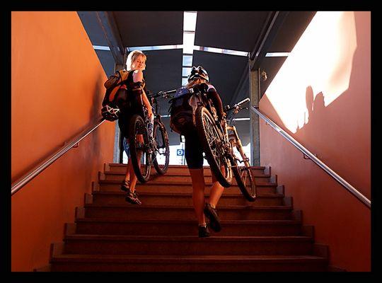 a piedi... con la bici... per un treno...