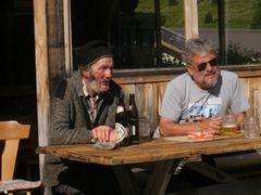 A sinistra la tradizione , a destra il turista : insieme per gustare un boccale di birra