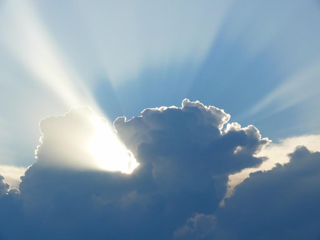 à travers les nuages