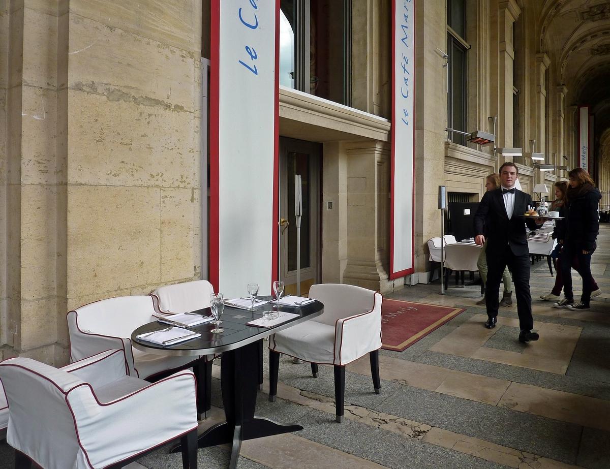 à une terrasse à Paris