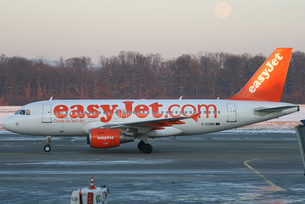A319-100 Easyjet G-EZBN + Mond