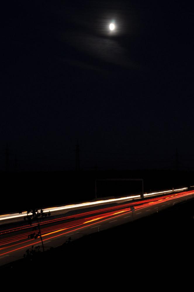 A5 bei Heidelberg mit Mond