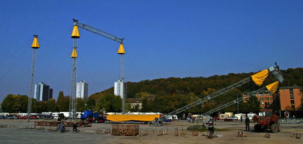 Aachener Bendplatz im Oktober 2007 Gastspiel des Circus Flic Flac /Aufbau des Zeltes.