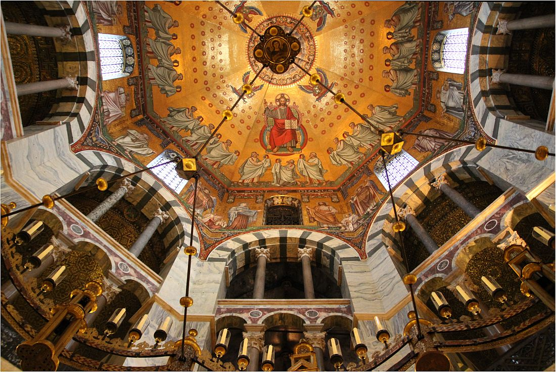 Aachener Dom - Blick ins Kuppelmosaik mir Barbarossaleuchter