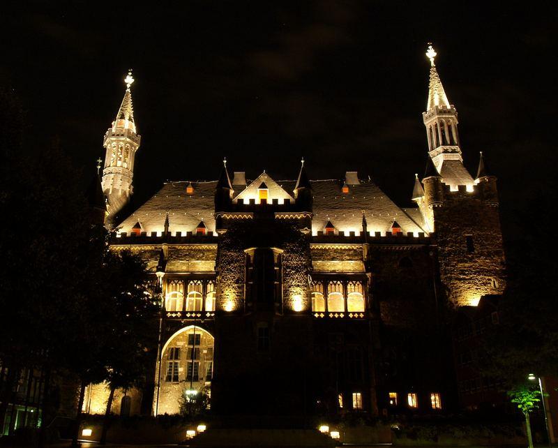Aachener Rathaus bei Nacht (Hinteransicht)