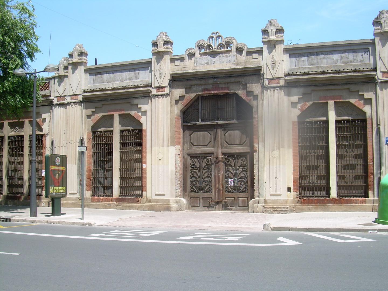 Abandono en que se encuentra este original edifio industrial en Valencia/Marchalenes.