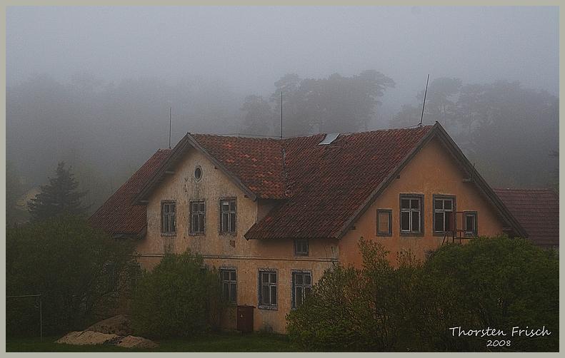 Abbruchhaus im Nebel