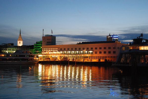 Abend über dem Hafenbahnhof Friedrichshafen