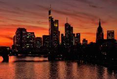 Abend wird es ...rot der Himmel über Frankfurt