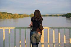 Abendblick auf die entfesselte Elbe