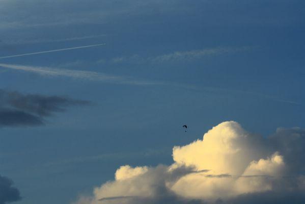 Abendhimmel mit Drachenflieger und Kondensstreifen