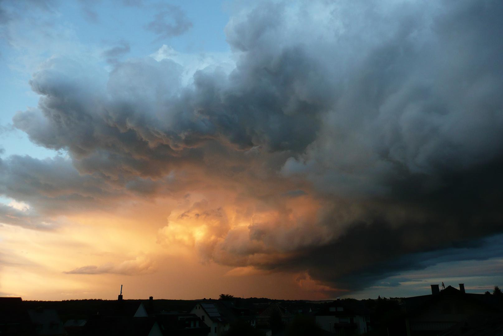 Abendhimmel mit Sturmwolken u. Sonnenuntergang