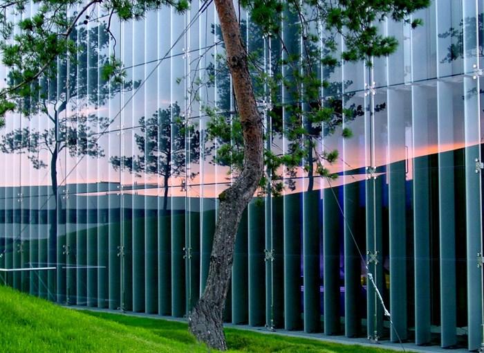 Abendliche Glasfassade