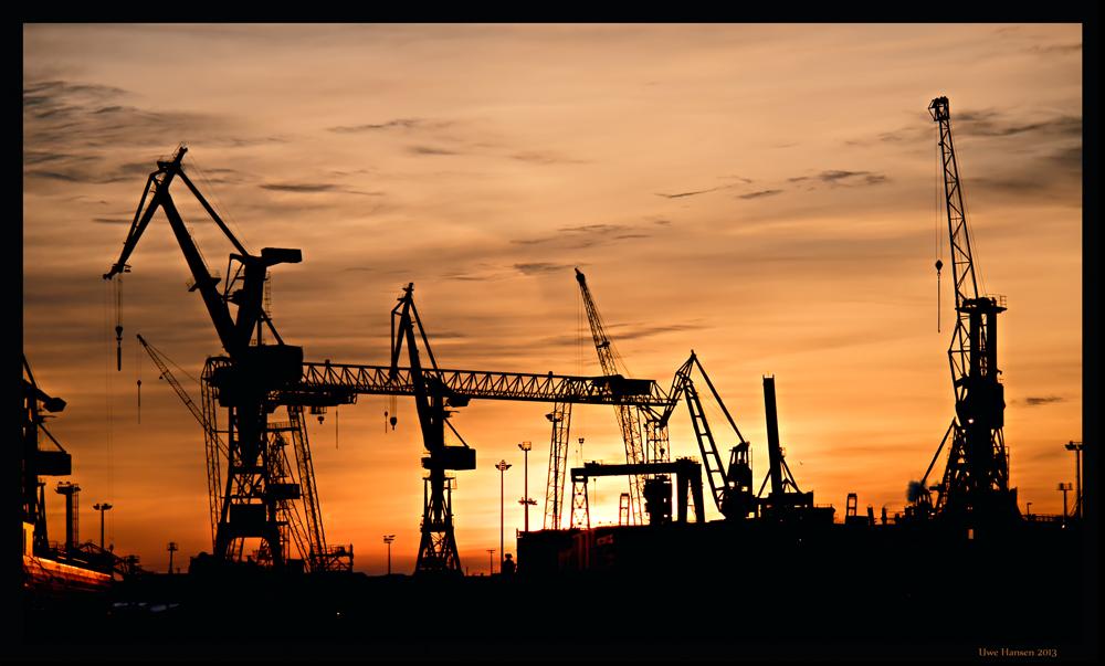 / Abendliche Hafensilhouette /
