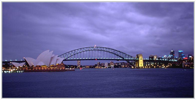 Abendliche Regenwolken über Sydney Opera House und Sydney Harbour Bridge