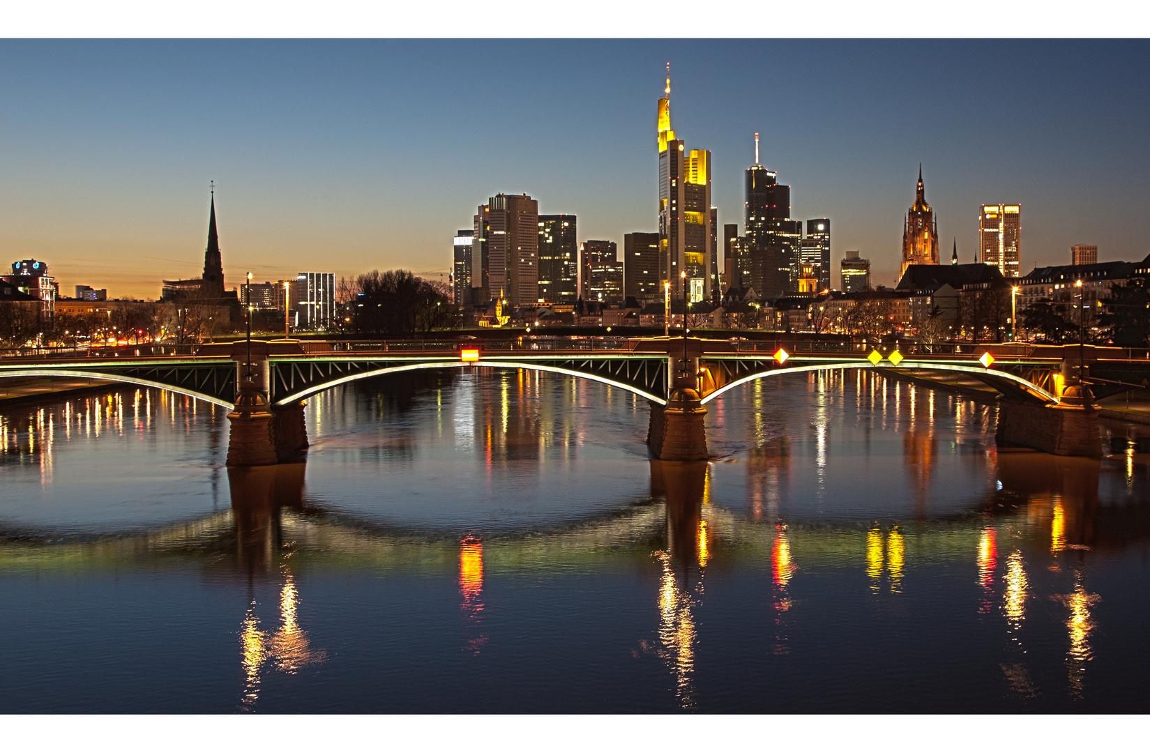 Abendliche Skyline von Frankfurt
