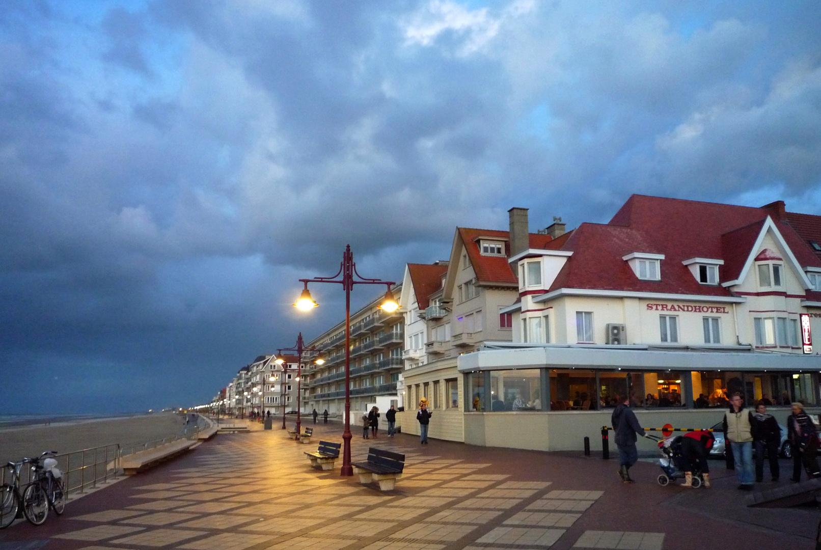 Abendliche Strandprommenade in De Haan, Belgien