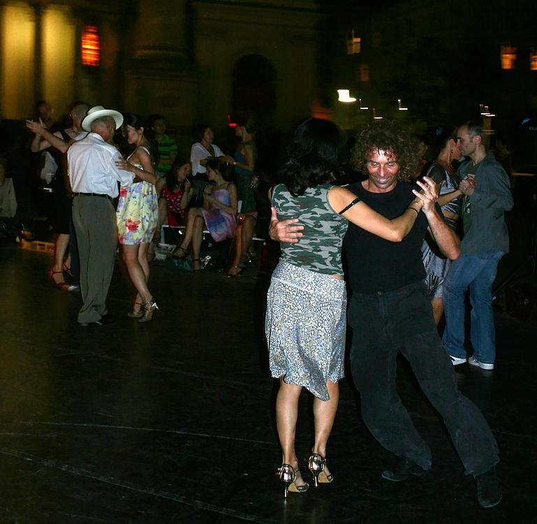 Abendlicher 1. Mai-Tanz vor der Karlskirche