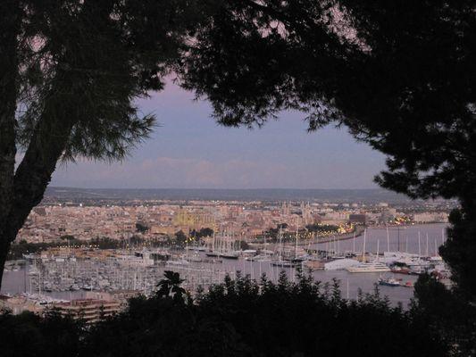 Abendlicher Blick vom Castell über die Altstadt von Palma